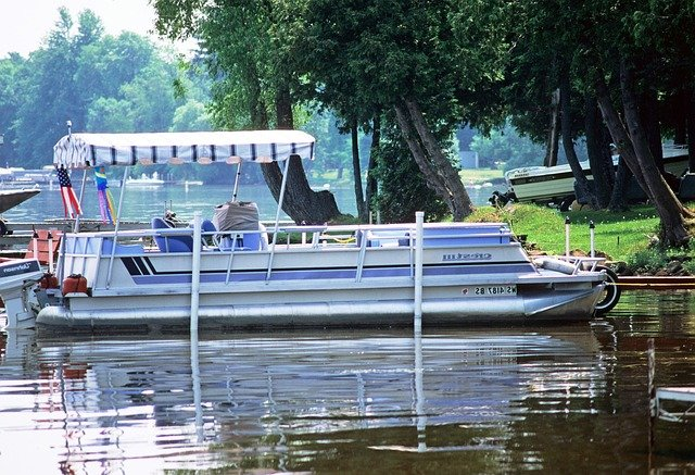 Best Fishfinder For Your PONTOON Boat - (Reviews and Considerations)